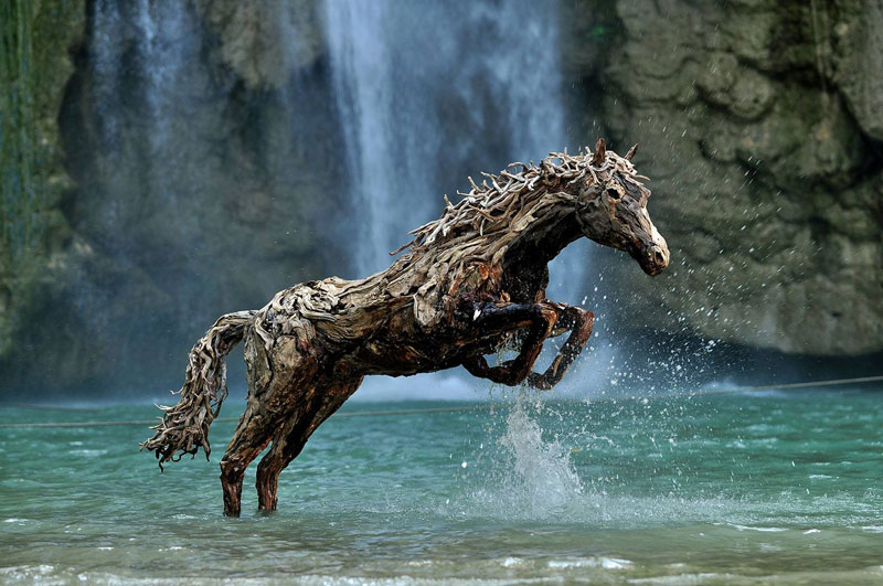 https://twistedsifter.files.wordpress.com/2014/01/galloping-horses-made-from-driftwood-by-james-doran-webb-1.jpg